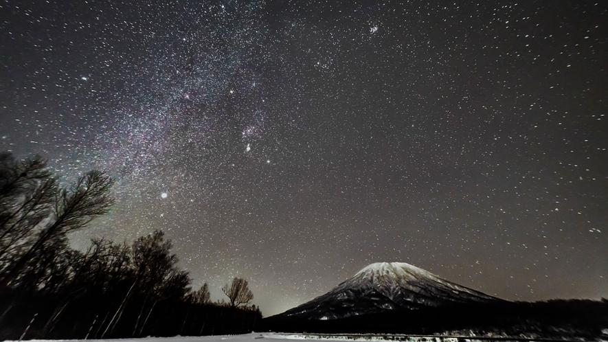 冬の夜空と羊蹄山