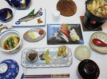 季節の食材をふんだんに使った和食コース。地元野菜のサラダバー付き。