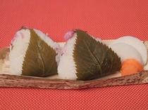 【4月のサービス】桜ご飯のお握り弁当(ご飯1合分)。桜は、和菓子店から仕入れた無添加の花と葉を使用。