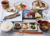 ある日の夕食:水や調味料にもこだわった、無添加・手づくりの和食コース。お替わり自由のサラダバー付き。