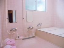 ピンクで統一した女性用ジャグジーバス(植物性無添加石鹸、天然成分リンスinシャンプー、宝石シャワー)