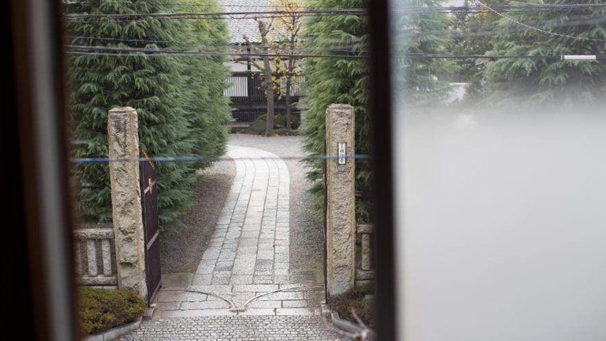 2階寝室からはお寺の参道が見えます
