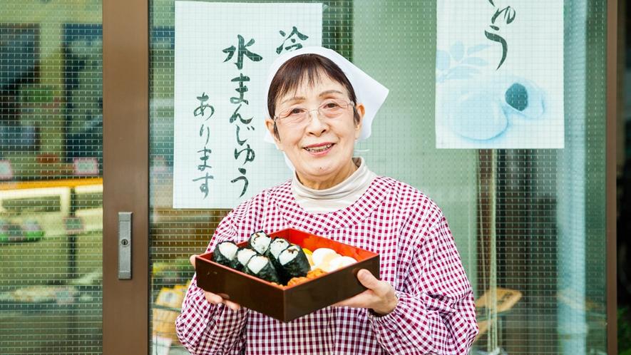 朝食はご近所の和菓子屋さんの手作りおにぎり