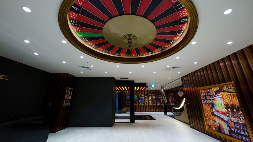 2階ロビーはラスベガスのカジノをイメージ。頭上には大きなルーレットが!
