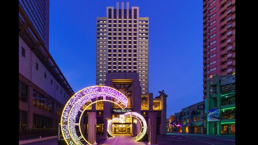 ホテル外観。夜はエントランスのアーチが幻想的に浮かび上がります