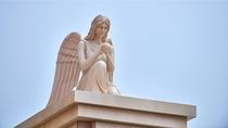 パークへ向けて旅立つゲストを見守る天使像