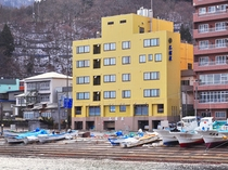 【外観】海沿いに建つホテルです