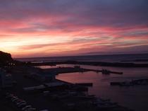 【下風呂港】真っ赤な夕日が暮れると、時期によりキレイな漁火を見ることができます。