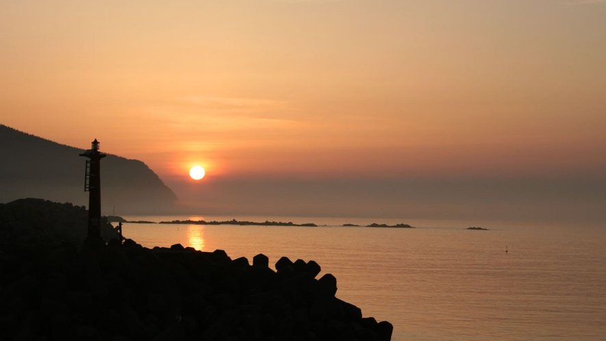 【下風呂の夕日】広い海に映える夕日は津軽海峡を赤く染め上げます。