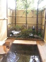 雪景色の檜の露天風呂