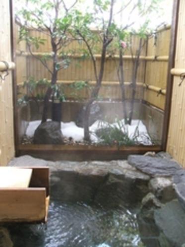 雪景色の岩の露天風呂