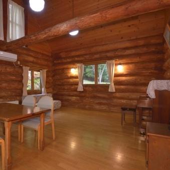 木の温もり溢れるカナダ産ログハウス ※ピアノ付きキッチン完備