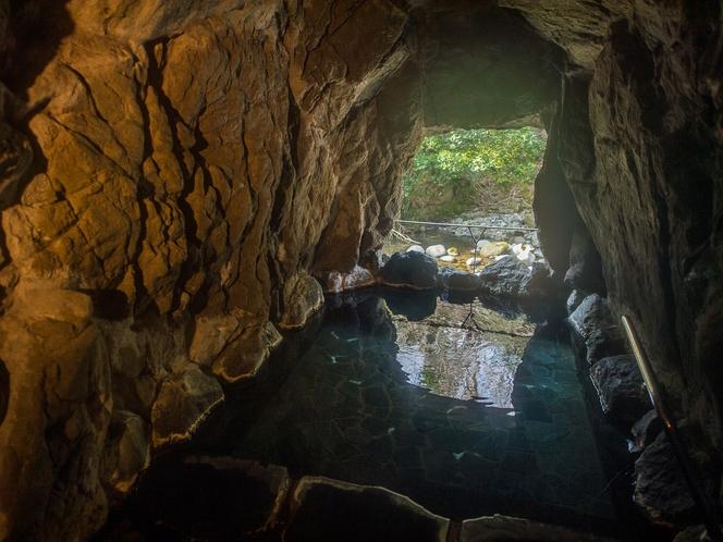 洞窟風呂。神秘的な空間で心も体も癒され...