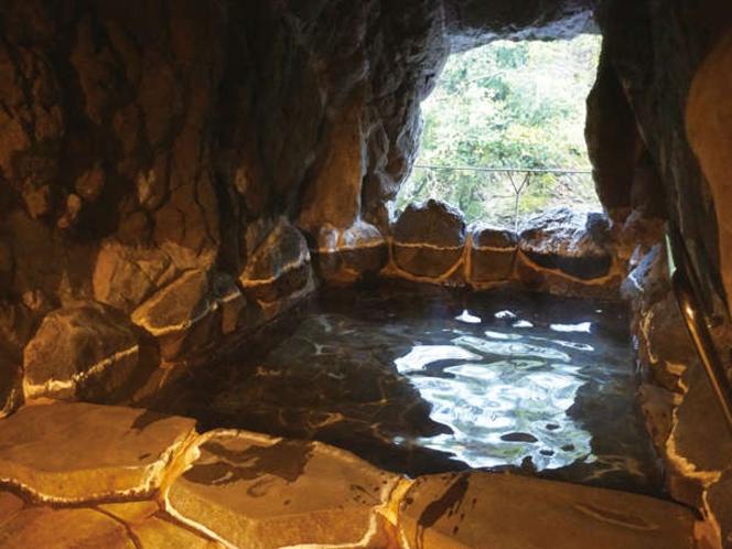 洞窟風呂。神秘的な空間で心も体も癒されてください