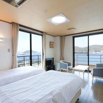 【海側】和洋室 8畳+ツインベッド(バス付き)