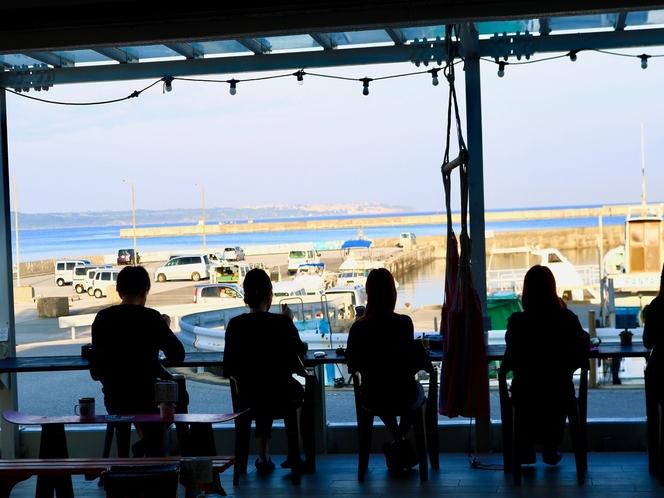 海を眺めながらテラスのカウンター席でお食事をどうぞ。