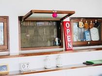宿の厨房の小窓。