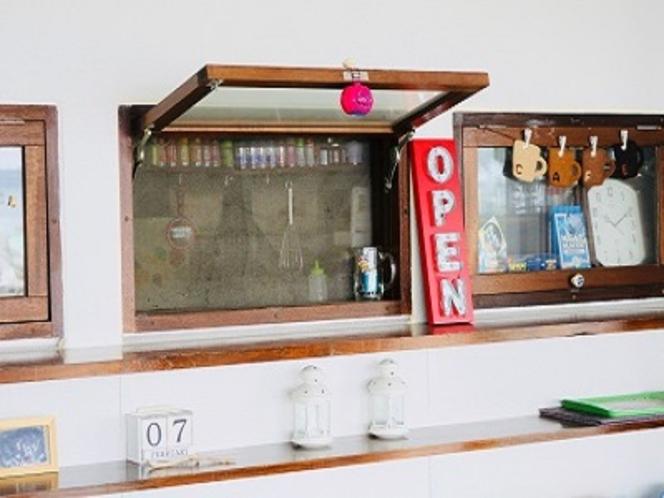 厨房の小窓。料理長は約40年のベテランです