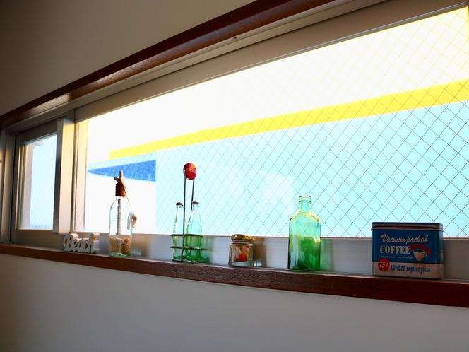 お部屋の小窓。
