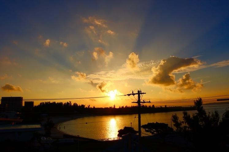 宿から眺める夕日。