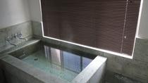 ・大理石のお風呂で天然温泉をお楽しみください