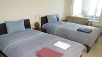 ・【ファミリールーム一例】ベッド4台を備えた広々洋室