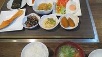 ・和朝食一例:品数も多く栄養バランスも◎
