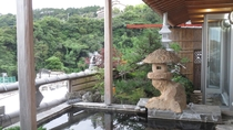 ・周囲の景色を眺めながらゆったりと温泉満喫