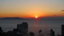 ・水平線から徐々に姿をあらわす朝日
