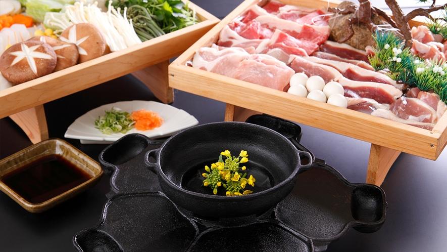 当館名物「義経鍋」6種のお肉と山の幸、歴史ロマンを味わって