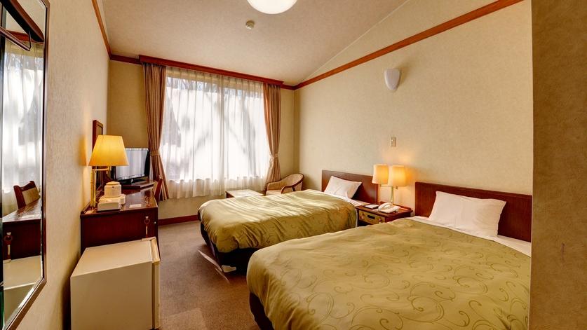 *洋室ツイン/落葉樹の林に囲まれた、シングルベッド2台のトイレ付きのお部屋