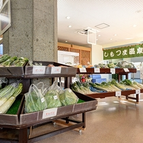 *館内/キャベツや大根、にんじんなど地元茨城産の野菜を販売しています。