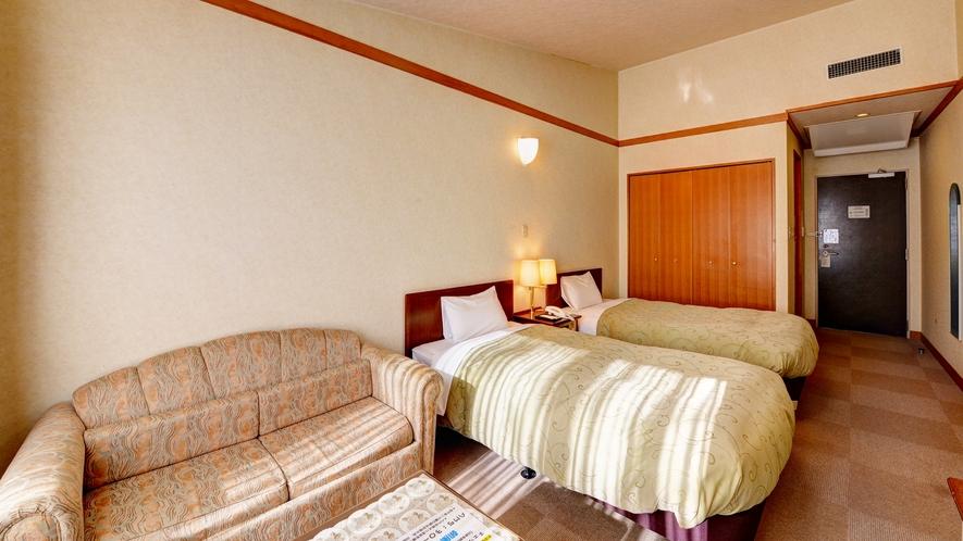 *洋室ツイン(バストイレ付)/落葉樹の林に囲まれた、シングルベッド2台のバストイレ付きのお部屋