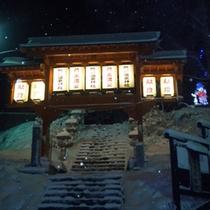 *冬は一面の銀世界。白い雪に包まれる温泉街は蔵王ならではの景色。