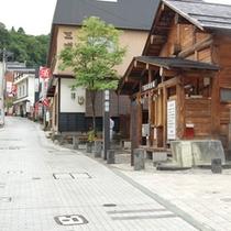 *共同浴場やお土産屋などが並ぶ、温泉街の風情溢れる「高湯通り」。