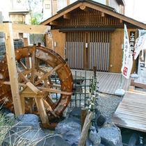 *【共同浴場】「上湯」は蔵王の源泉の一つ。湯量豊富な白濁の酸性泉。入浴は1回200円。