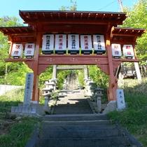 *風情ある温泉街の鳥居。石段の先には酢川温泉神社がございます。
