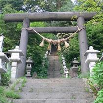 *石段の先には「酢川温泉神社」がございます。散策の人気スポット。