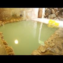 【露天風呂一例】自家源泉の濃くまろやかな湯。内湯よりも湯量の多いのが特徴。