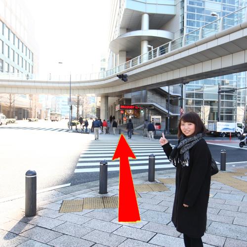 アクセス(3)駅前広場を右手(歩道橋の下)に進み、桜木町駅前交差点の信号をペッパーランチの方向へ渡る