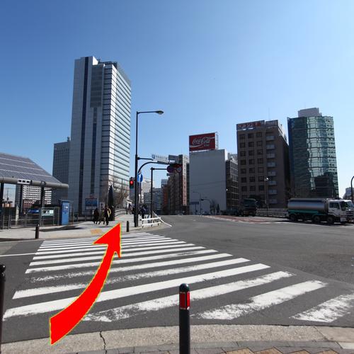 アクセス(5)桜木町駅入口交差点(横浜桜木郵便局の角)の横断歩道を渡る