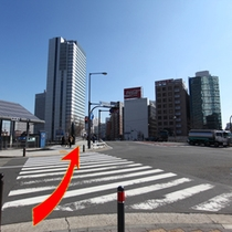 アクセス⑤桜木町駅入口交差点(横浜桜木郵便局の角)の横断歩道を渡る