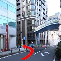 アクセス⑩歩道橋のかかる通り(入船通)を左折