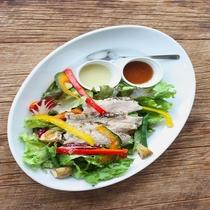 レストラン「EDIT DINING」ランチ グリルチキンサラダ