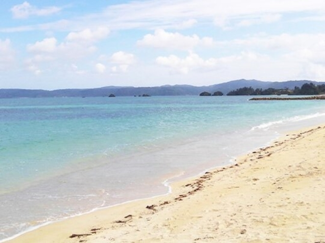 目の前の美しいビーチ、宿の横道から15秒!