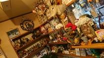 *フロントの周りには、可愛らしい人形達がコレクションされています。
