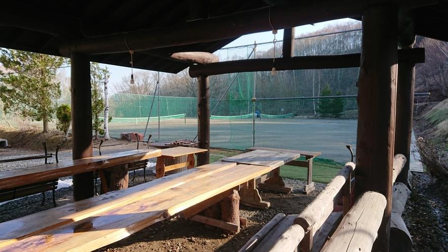 *施設:テニスコート/休憩小屋もございます。