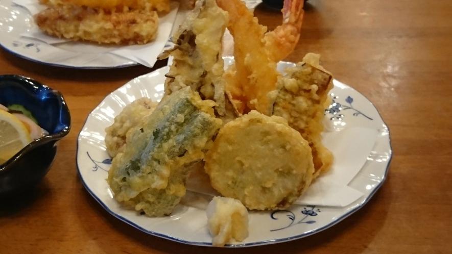 *夕食一例 地元の素材ををふんだんに使用した和洋折衷料理をご用意いたします。