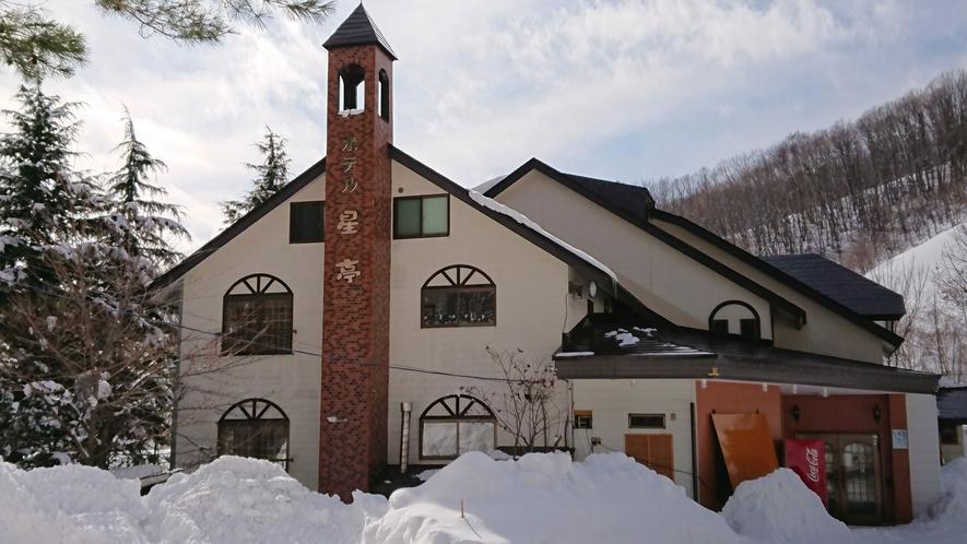 *冬の外観/オグナほたかスキー場まで当館より徒歩にて5分♪すぐ近くで滑れます!