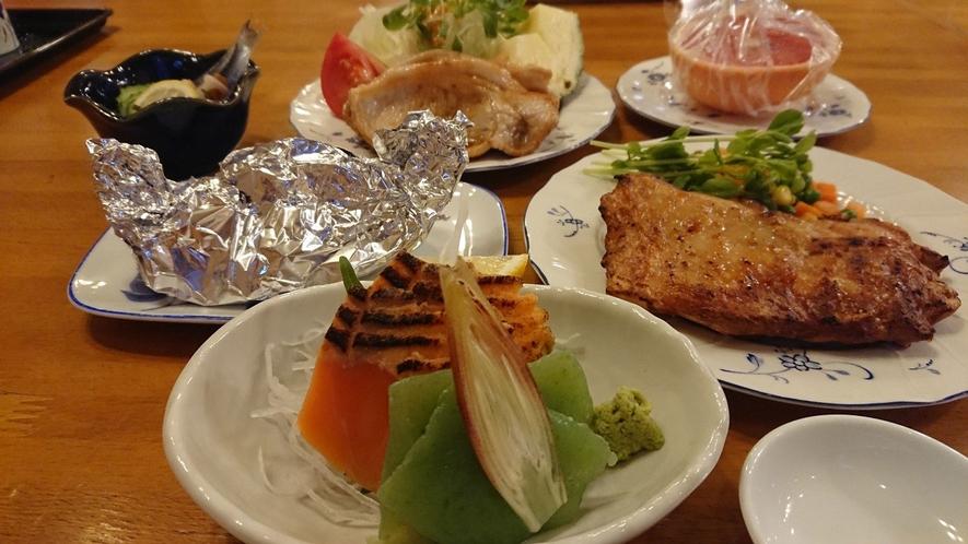 *夕食一例 地元の素材たっぷり!味・ボリューム共にご好評いただいております♪